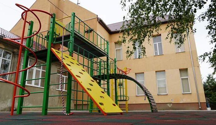 У трьох школах Мукачеві звели багатофункціональні спортивні майданчики