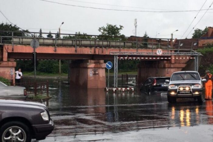 В Ужгороді автомобіль застряг у воді під залізничним мостом