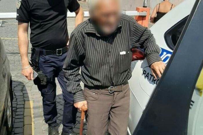 В Мукачеві поліцейські допомогли розгубленому дідусю повернутися додому