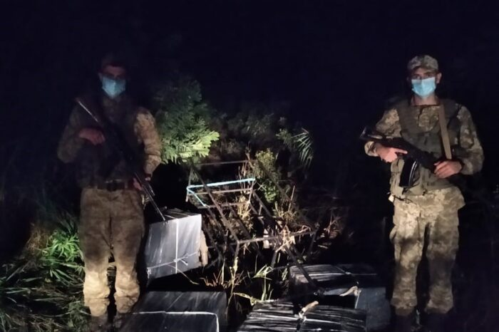 Поблизу кордону на Закарпатті знайшли 4 пакунки з сигаретами, підготовлені для переміщення човном до Угорщини (ФОТО)
