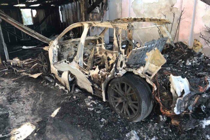 В Ужгороді вогонь знищив Ауді SQ7 та пошкодив будинок й речі