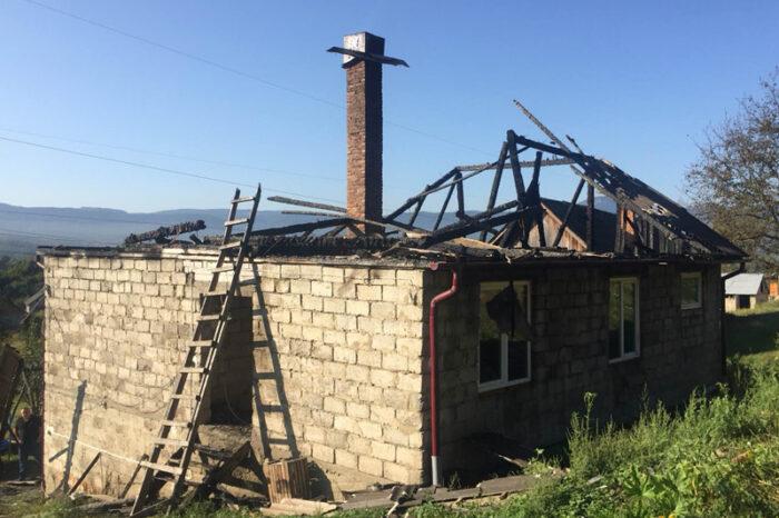 Тячівські рятувальники ліквідували пожежу в житловому будинку