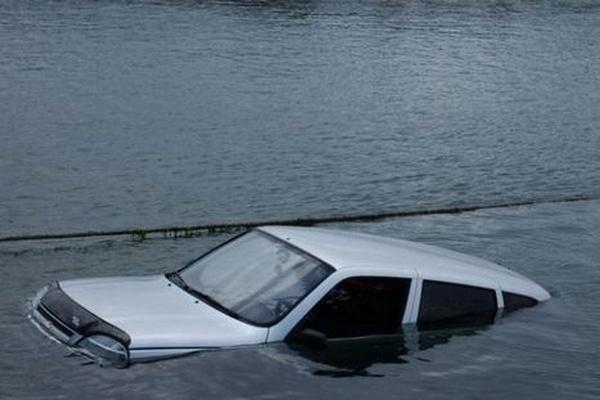 П'яна ДТП на Березнянщині: автівка шубовснула у річку