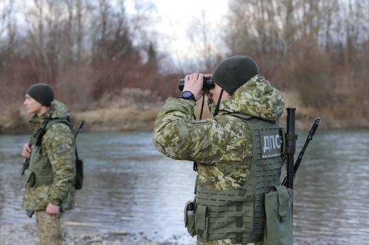 Поблизу кордону з Румунією закарпатські прикордонники знайшли в річці 6 пакунків з цигарками (ФОТО)