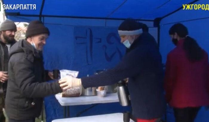 В Ужгороді безпритульних годують благодійники