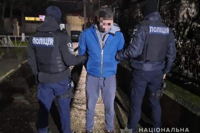 В Ужгороді поліцейські затримали одного з грабіжників, що напали на жінку