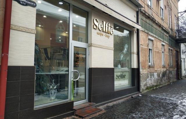 У Мукачеві невідомі розбили вітрину на одному з центральних кафе
