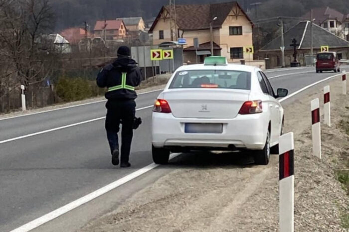 Закарпатські патрульні звернули увагу на таксистів
