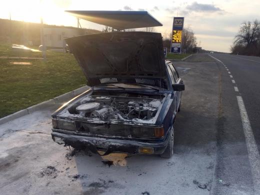 На Берегівщині небайдужий працівник автозаправної станції загасив пожежу в автомобілі (ФОТО)