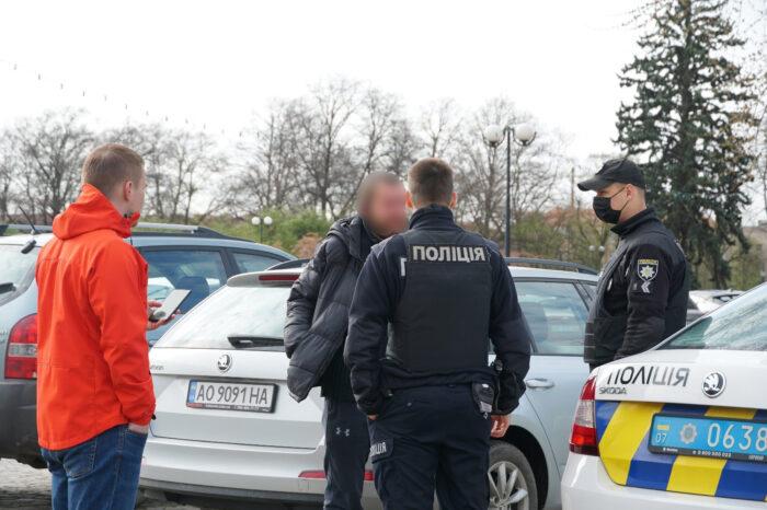 В Ужгороді затримали чоловіка, що зрізав тюльпани на Народній