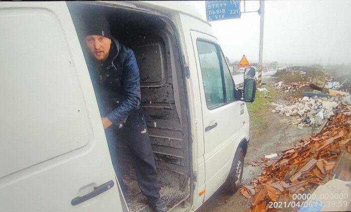 У Мукачеві на гарячому спіймали порушників, які викидали сміття на узбіччя