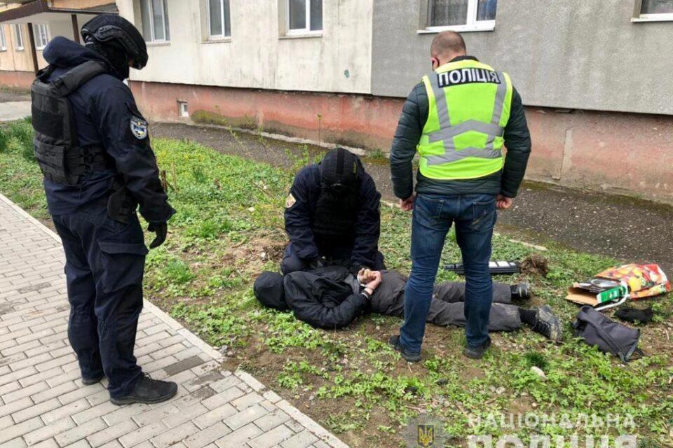 Поліцейські Ужгородщини затримали «на гарячому» наркоторговця (ФОТО)