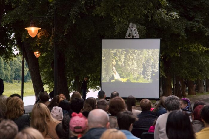 На ужгородській набережній вчора вечері просто неба показали фільм (ФОТО)