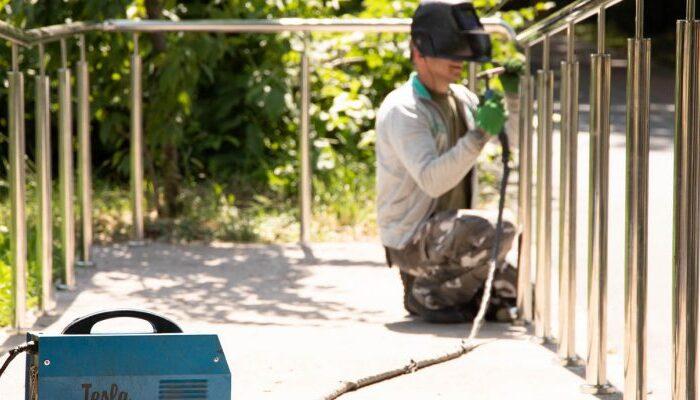 На Слов'янській набережній в Ужгороді встановлюють перила з обох боків пандусів