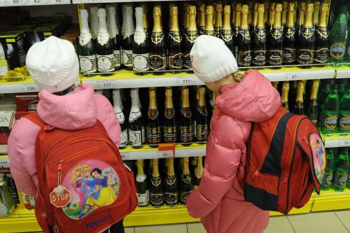 Ювенали нагадали ужгородським продавцям про заборону продажу алкоголю та цигарок неповнолітнім