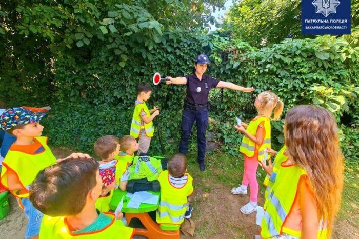 Закарпатські патрульні розповіли дітям про свою професію