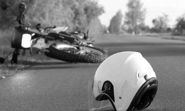 У Хусті мотоцикл на великій швидкості врізався у припаркований автомобіль