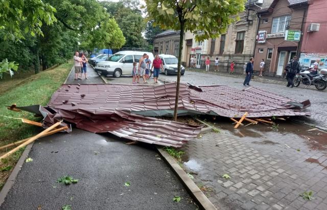 Повалені дерева, зірвані дахи, побиті машини: Береговом пронісся буревій (ФОТО)