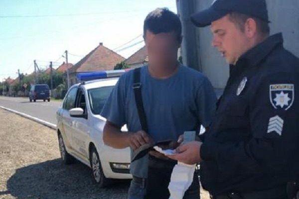 На Ужгородщині затримали вантажівку з нелегальним лісом