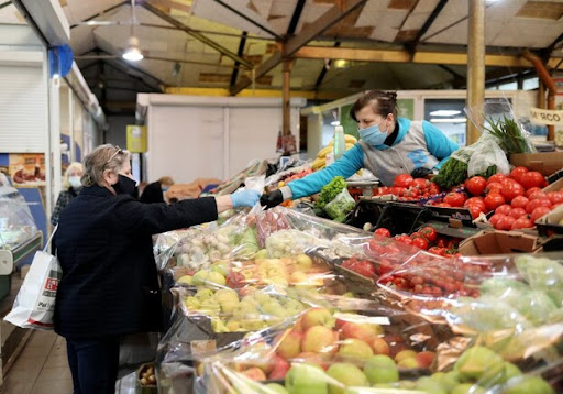 Під час перевірки продуктових ринків на Закарпатті виявили 28 порушень